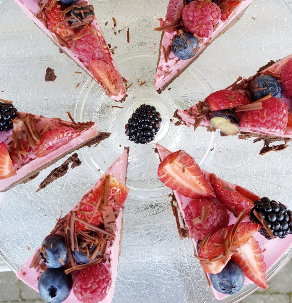 Chokoladekage med ribsmousse og pyntet med bær og chokolade. En sikker vinder :-)